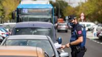 Un policia controla el compliment de les restriccions de mobilitat al barri d'Orcasur (Madrid)