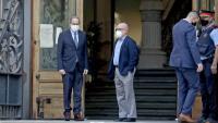 El president de la Generalitat, Quim Torra, amb el seu advocat, Gonzalo Boye, a l'entrada del TSJC, ahir