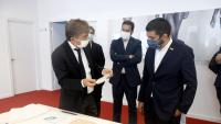 Alfons Cirera mostra la mascareta Meryl al conseller El Homrani