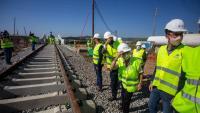 La delegada del govern espanyol a Catalunya, Teresa Cunillera, amb sandàlies, ahir en la visita de les obres del pont ferroviari entre Blanes i Malgrat