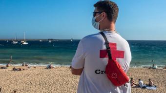 Un socorrista de la Creu Roja vigilant la platja de Palamós