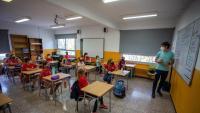 Un docent fent classe a l'escola de Taialà, a Girona