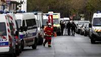 Equips d'emergències davant l'antiga seu del setmanari satíric 'Charlie Hebdo' a París