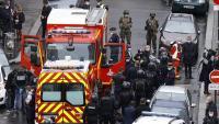 Membres dels serveis d'emergència, treballant ahir al lloc on es van produir els atacs, a París