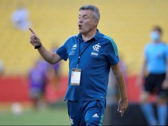 Domènec Torrent dona instruccions als seus jugadors durant el partit que el Flamengo va disputar contra el Barcelona Sporting Club a Guayaquil