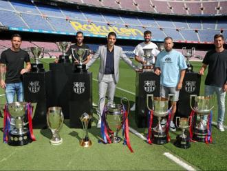 Els tretze trofeus que ha guanyat Suárez amb el Barça envolten l'uruguaià i els seus companys.