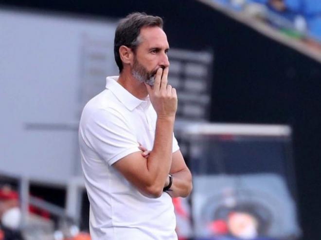 Vicente Moreno, pensatiu, en l'últim partit davant el Mallorca.
