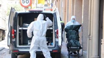 Serveis funeraris enduent-se el cadàver de la dona a Girona