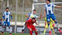 Una acció del partit que van disputar el curs passat l'Espanyol B i l'Olot a la ciutat esportiva Dani Jarque