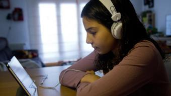 Una alumna connectada amb una tauleta a les classes durant el confinament
