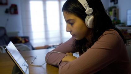 Una alumna seguia una classe virtual durant el confinament