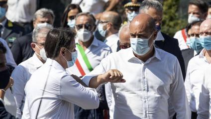Conte, primer ministre d'Itàlia, saluda el líder del PD durant el funeral del jove Willy Monteiro, italià originari de Cap Verd assassinat per un grup d'extrema dreta a principis de setembre