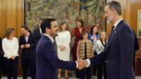 El ministre de Consum, Alberto Garzón, donant la mà a Felip VI durant la seva presa de possessió al gener