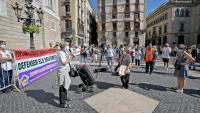 Els manifestants ahir al migdia a la plaça Sant Jaume convocats per la coordinadora 5+1 van reclamar més recursos i un canvi de model a les residències