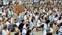 Concentració de protesta dels metges interns residents davant el departament de Salut