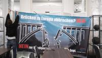 Partidaris del no pengen un pòster contra la limitació de la circulació de persones amb la UE