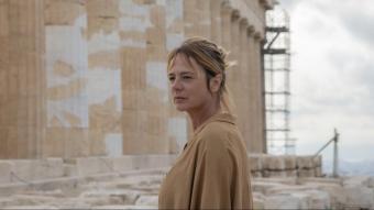 María (Emma Suárez) davant del Partenó. Està greument malalta i fa un viatge a Grècia alliberador