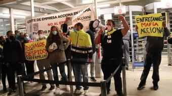 Els treballadors d'Acciona davant les portes de Nissan aquest dilluns