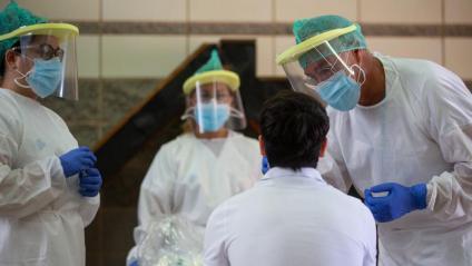 Un equip de sanitaris fa proves PCR en una escola de Girona