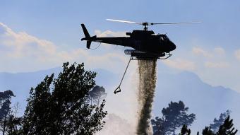 Un helicòpter a l'incendi de Caldes de Malavella