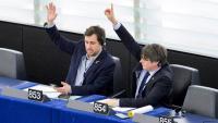 Els eurodiputats Puigdemont i Comín, votant en una sessió del Parlament Europeu