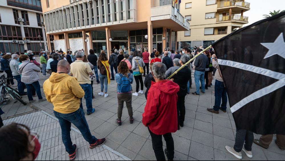 Una imatge de la concentració de protesta d'ahir al vespre a la plaça U d'Octubre de Santa Coloma de Farners. L'ANC i Òmnium Cultural van convocar la protesta.