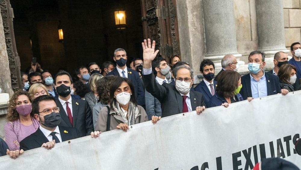 Quim Torra i el seu govern amb la pancarta pels presos polítics a Sant Jaume