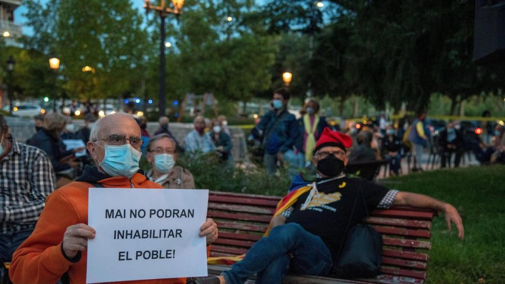 Uns manifestants a la plaça de la subdelegació del govern de l'Estat a Lleida, ahir al vespre