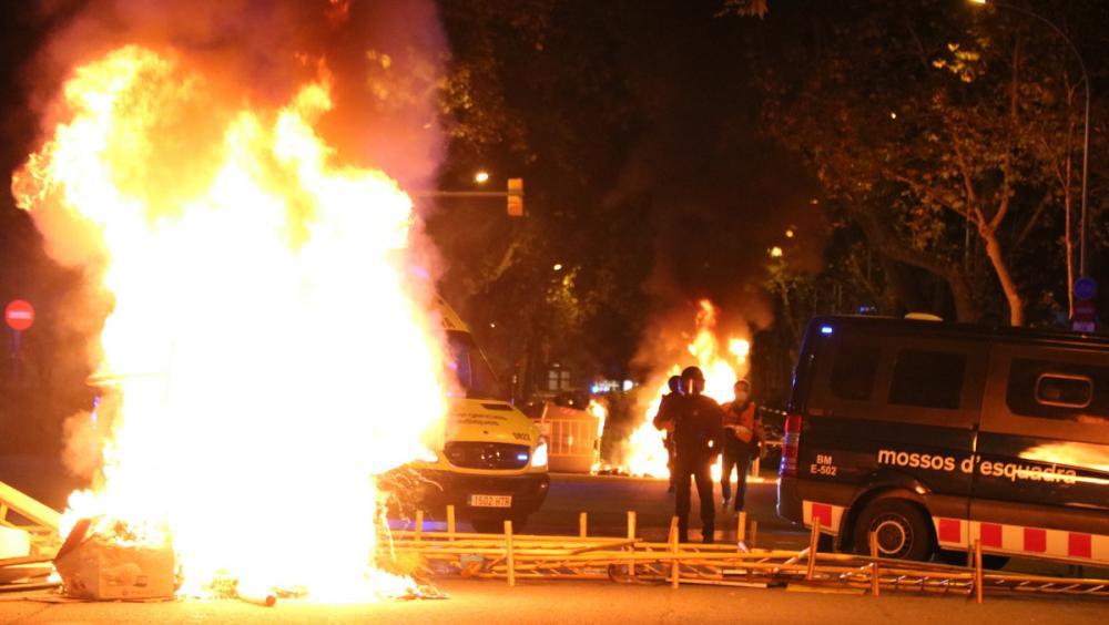 Mossos d'Esquadra entre contenidors cremats el 28 de setembre del 2020 a Barcelona en el marc de les protestes per la inhabilitació de Quim Torra