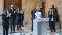 Pere Aragonès, a l'esquerre, i tot el govern, aplaudeixen el president Quim Torra, després de la declaració que va fer aquest dilluns a la tarda, un cop inhabilitat