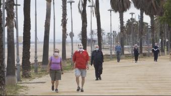 Gent gran passejant durant el passat maig