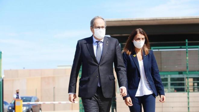 El president Quim Torra i la portaveu del govern, Meritxell Budó, sortint de la presó de Lledoners aquest dimarts al matí