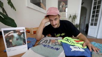 Pere (Gay) Faura, amb el llibre (a l'esquerra), és un defensor que la cultura pop accedeixi a totes les institucions, fa uns dies, a casa seva