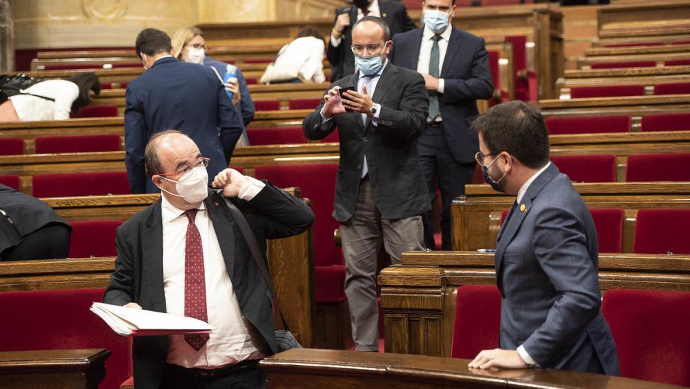 Miquel Iceta parlant amb Pere Aragonès després del ple del debat de política general