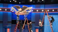 Operaris enllestint els preparatius per al debat de Cleveland (Ohio)