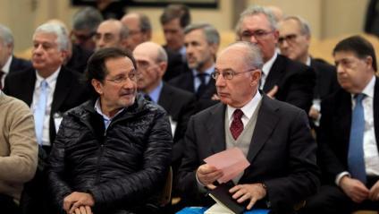 Rodrigo Rato i un altre dels encausats, durant el judici per la sortida a borsa de Bankia, el 2018