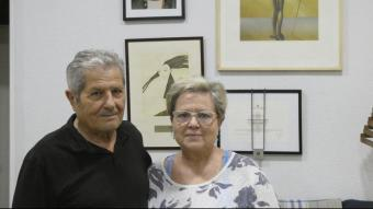Guillem Agulló i Carme Salvador, a casa seva, amb una fotografia del seu fill Guillem i la Creu de Sant Jordi, rebuda recentment