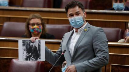 El líder d'ERC al Congrés, Gabriel Rufián, mostra una fotografia de Felip VI i Francisco Franco