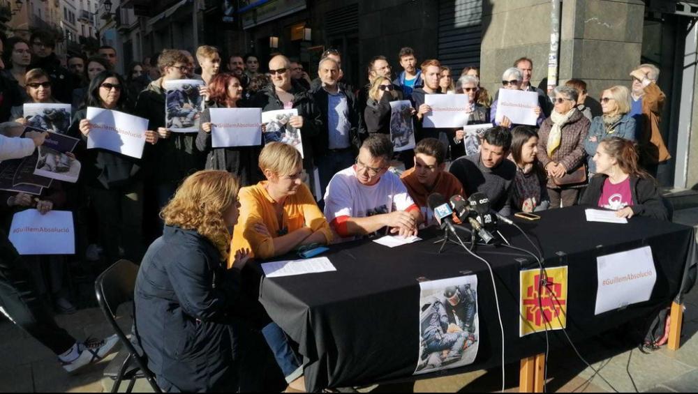 Guillem , al centre, amb els seus pares i advocades d'Alerta Solidària, el novembre passat