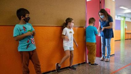 Infants amb mascareta a l'escola de Taialà