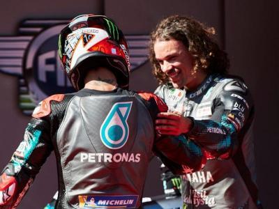 Morbidelli, a la dreta, és felicitat pel seu company d'equip Quartararo