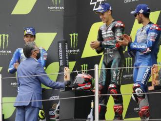Ramon Tremosa lliura el trofeu de MotoGP 2020