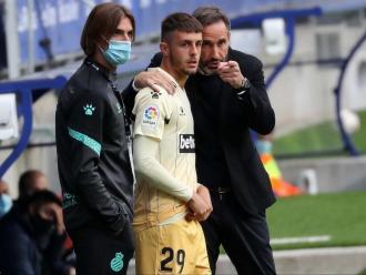 Jofre rep les instruccions del seu entrenador, Vicente Moreno, abans de debutar