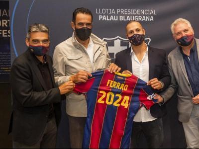 Ferrao , acompanyat pels directius del Barça en l'acte de renovació