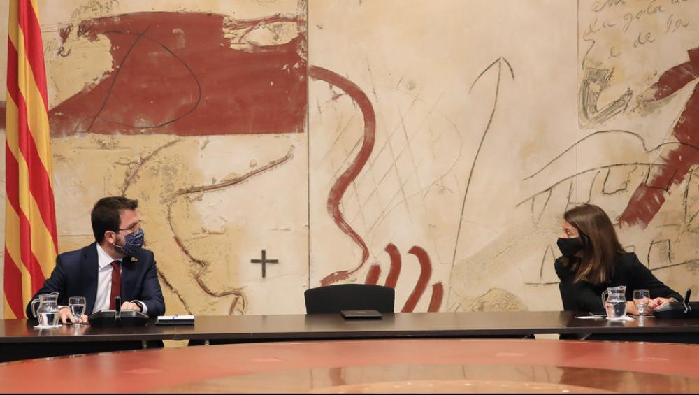 La cadira del president Torra, buida, entre el vicepresident, Pere Aragonès, i la consellera de la Presidència, Meritxell Budó, ahir a la Generalitat
