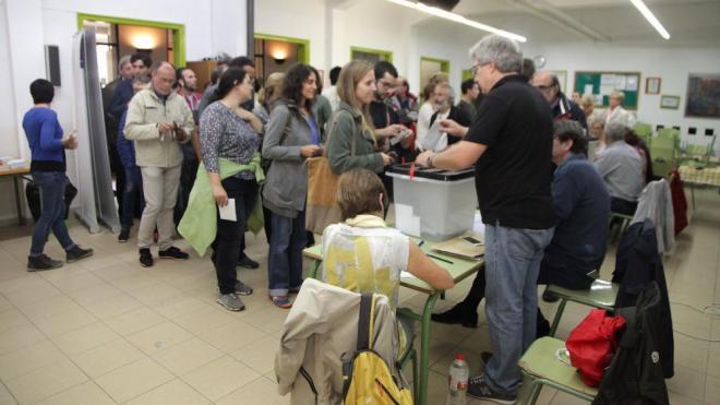 Cua de votants al col·legi Eiximenis de Girona