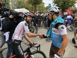 Hirschi, felicitat per Cosnefroy, el segon classificat.