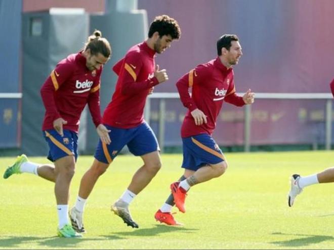 Messi, Griezmann i Aleñá, en l'última sessió abans de volar avui cap a Vigo