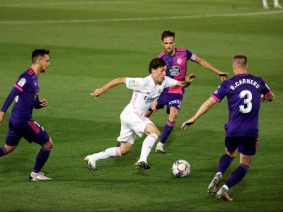 Odriozola, titular ahir amb el Madrid, controla una pilota
