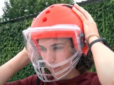 La jugadora Anna Casarramona amb el casc